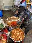 Kimchi ist eine Art Sauerkraut aus Chinakohl.