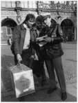 Viele der Besucher aus der DDR kauften erst einmal ein. Wie lange die Geschäfte am Sonnabend geöffnet bleiben dürfen, wurde kontrovers diskutiert.