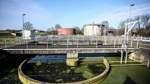 Im Belebungsbecken werden dem Abwasser Mikroorganismen zugesetzt, um Kohlenstoffe, Stickstoffe und Phosphate aus dem schmutzigen Wasser zu entfernen.