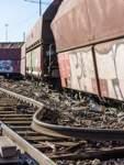 Der Güterzug war am Dienstagmittag in Höhe des Bahnhofs Bremen-Neustadt entgleist. Dabei wurden Schienen, Oberleitungen und der Bahnsteig beschädigt.