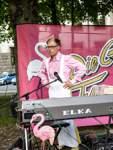 Alexander Seemann bleibt seiner Rolle die ganze Zeit über treu. Stets am Keyboard und stets das Toastbrot in Reichweite.