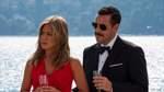 """""""Murder Mystery"""" - ab dem 14. Juni auf Netflix   Schon lange wollte ein New Yorker Polizist (Adam Sandler) mit seiner Frau (Jennifer Aniston) in den Urlaub nach Europa fliegen. Als es endlich so weit ist, lernen sie auf dem Flug einen Milliardär kennen, der sie auf seine Jacht einlädt. Als der Milliardär tot auf dem Schiff gefunden wird, werden die beiden zu den Hauptverdächtigen. Den Trailer finden Sie auf der nächsten Seite."""