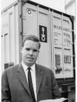 Einstieg ins Container-Geschäft: Klaus-Michael Kühne hält 1966, wenige Monate nachdem die Metallbox erstmals deutschen Boden berührt hat, in Bremen entsprechende Verträge bereit.