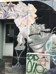 An dem Gebäude davor schmückt dieses Graffito das Gemäuer.   Sedanstraße, 28201 Bremen
