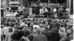 """Im  November 1992 spielte die musikalische Großfamilie an einem Tag gleich mehrere Gratis-Konzerte auf dem Domshof. Der WESER-KURIER berichtete damals """"Zum Familienkonzert auf dem Domshof kamen die Bremer und Bremerinnen mit Kind und Kegel. Die Kellys begeisterten ihr Publikum mit zum Teil ganz ausgezeichneten Stimmen, mit einem gutgemischten Repertoire und vor allem mit großem eigenem Engagement""""."""