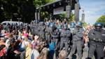 Polizei besetzt Bühne der Corona-Kundgebung in Berlin