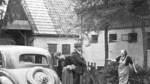 Heimkehr nach erledigter Arbeit: Helene Kaisen begrüßt ihren Mann, eine Aufnahme aus den frühen 1950er-Jahren.