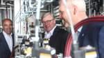 Bernd Althusmann (Mitte) besuchte am Donnerstag die neue Wasserstoffproduktion der EWE. Der Vorstandschef des Energiekonzern Stefan Dohler (links) empfing Althusmann und Björn Thümler in Elsfleth.