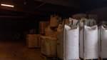 Früher bestand die Lagerhalle aus einem großen Raum. Seitdem in Eschenhausen Bio-Futter hergestellt wird, werden unterschiedliche Materialen für den Mix dort gelagert.