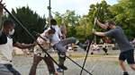Hoch die Stangen: Die Performance-Gruppe Gintersdorfer/Klaßen interpretiert auf dem Goetheplatz die Corona-Abstandsregeln.