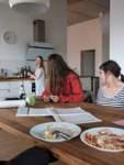 Die Pizza-Panne: Weil der heutige WG-Koch die Pizza zu scharf gemacht, wird die kurzerhand ohne Belag verspeist.