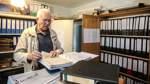 Arend Wessels findet in dem großen Archiv Unterlagen von alten Gebäuden.