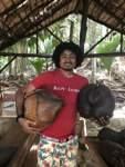 Parkführer Shaun Larue mit zwei Kokosnüssen der Palme Coco de Mer.