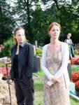 """""""Die Anruferin"""": Die Schlussszene der Tragikomödie von Regisseur Felix Randau wurde 2007 auf dem Arberger Friedhof gedreht. Das Foto zeigt die Schauspielerinnen Valerie Koch (links) und Esther Schweins bei den Dreharbeiten in Bremen. Die Hauptszenen des Films entstanden jedoch in Bonn und Köln."""
