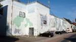 """Bunker an der Kornstraße, Neustadt:    Dieser Bunker wurde um 1940 errichtet. Seit 1981 ziert ihn das Wandbild """"Idylle und Gewalt"""" von Rolf Thiele. Die Wände dieses Bunkers sind mit zwei Metern nahezu doppelt so dick wie die Wände von Bunkern aus vorangegangenen Bauphasen."""