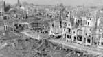 Bremen wurde im Zweiten Weltkrieg massiv zerstört. Nicht nur die Industriestandorte und der Hafen lagen 1945 in Trümmern. Diese Aufnahme stammt aus März 1946. Zu sehen ist der Blick vom Baumstraßen-Bunker auf den zerstörten Bremer Westen, hinten links ist die Roland-Mühle. Während der Bombenangriffe konnten Zivilisten Schutz in zahlreichen Bunkern suchen.
