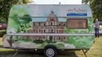 Für die Öffentlichkeitsarberit hat sich der Touristik-Verein Langwedel einen gebrauchten Wohnwagen angeschafft und diesen aufwändig und kreativ bedrucken lassen.