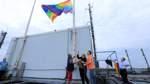 Die Regenbogenflagge weht bereits am Tivoli-Hochhaus