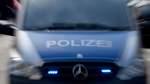 Unbekannter beschädigt Polizeiauto mit Gullydeckel