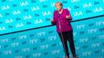 Merkel wird bei der IAA zur E-Kanzlerin