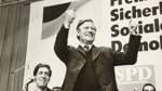 Im Jahr 1976 bei einer Wahlkampfkundgebung mit Helmut Schmidt. Scherf war zu der Zeit Landesvorsitzender.