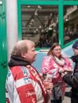 Immer im Dienst für die Weserstars: Ralf Püschmann und Sarah Bittner bewähren sich als Verkäufer des Stadionheftes.