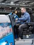 Wenn, wie vor dem letzten Heimspiel geschehen, der etatmäßige Fahrer ausfällt, setzt sich Paradice-Betriebsleiter Uwe Kirsch auch mal selbst auf die Eismaschine.