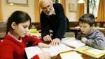 Alt hilft Jung bei den Hausaufgaben