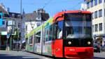 Mann stülpt Frau in Straßenbahn Jutebeutel über den Kopf
