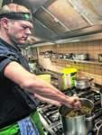 Mark Köpke, Juniorchef im Grünen Jäger, kocht täglich Kohl.