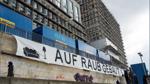 Aktivisten hängen Banner unter Neubau von Kühne & Nagel