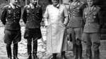 """""""Reichsmarschall Hermann Göring inmitten der vier namhaftesten Nachtjäger"""" – so lautet die Überschrift zu diesem Bild im August 1943 im """"Illustrierten Beobachter"""". Helmut Lent ist der zweite von links."""