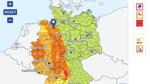 Von Westen zieht eine Gewitterfront über Deutschland.
