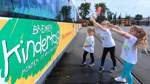Verzierte Bahn wirbt für den Kindertag