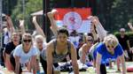 Hunderte folgen Yoga-Meister Rajesh Kumar Mishra