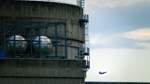 Greenpeace lässt Drohne mit Atomkraftwerk kollidieren