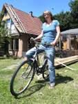 Ima Drolshagen wohnt in einem der wenigen Lehmhäuser mit Satteldach.