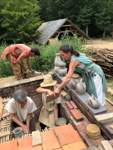 Die Batisseurs, die Erbauer, bei den Arbeiten am Brennofen.