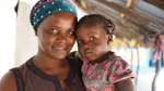 Kaddy mit ihrer zweijährigen unbeschnittenen Tochter Nyma.
