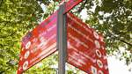 Rote Schilder sollen Orientierung im Vegesacker Zentrum erleichtern