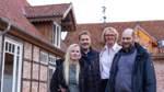 Mit Jacqueline (von links), Torsten und Irmgard Lau hat Holger Rullhusen eine perfekte Familie gefunden, die das Hotel führt. Eine Kombination, die passt, wie er findet.