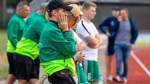 Okels Trainer Lutz Schröder (vorne) hat nun mehr Spieler zur Verfügung.