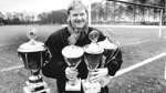 Pokale in Hülle und Fülle. Jan Flathmann präsentiert die Trophäen irgendwann in den 1980er-Jahren auf dem Platz bei Postels, dem gefürchteten und sagenumwobenen Platz. Wer hier gewinnen wollte, der musste schon einiges zu bieten haben.