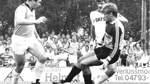 Bornreihe gegen Mönchengladbach: Reinhard Gieschen (links) und Torwart Gerd Stelljes stoppen gemeinsam den Gladbacher Torjäger Wilfried Hannes. Im Hintergrund schaut Fritz Heineke zu, Vater des aktuellen Werder-Fitnesstrainers Jörn Heineke.