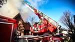 Gute Dienste tat die Drehleiter der Feuerwehr beim Löscheinsatz.