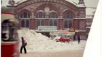 Vor dem Bremer Hauptbahnhof türmten sich die Schneemassen. Alle hofften auf Tauwetter im Katastrophenwinter 1978/79.