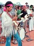 """Jimi Hendrix war am frühen Montagmorgen – dem vierten Festivaltag – als Letzter dran. Seine in Woodstock präsentierte Version der amerikanischen Nationalhymne """"The Star-Spangled Banner"""" ging anschließend um die Welt. Wie Janis Joplin starb Hendrix nur rund ein Jahr nach Woodstock."""