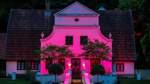 """Die Worpsweder """"Night of Light"""" taucht Gebäude in rotes Licht, wie hier den Barkenhoff."""