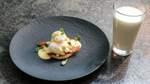 Eggs Benedict: pochierte Eier mit krossem Speck, Buttertoast und Sauce Hollandaise