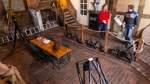 Lauter historische Geräte wie Teleskope (links) und diverse Planeten-Projektoren (hinter Bea Tilanus) warten auf ihren Einsatz in Bruchmühlen.